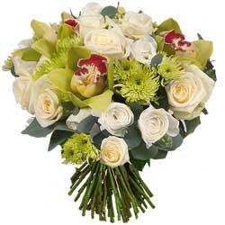 37.00 € : Le chic hivernal du blanc et du vert ...Succombez au charme incroyable de ce bouquet vert et blanc. Composé de beaux cymbidiums, de charmants 'Anastasia green extra,' de superbes roses blanches Avalanche et de ravissantes renoncules blanches. L'ensemble est adouci par une touche d'eucalyptus au tendre parfum pour une composition pleine de naturel, simplement chic !