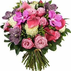 75.00 € : Prestige et volupté...Découvrez dans ce bouquet, la beauté incomparable des orchidées Vanda roses 'Pink Magic' et noires 'Black Magic, mélangées à de généreuses roses bicolores 'Two faces' rose mauve au cœur crème. Des anthuriums 'Rapido' pourpres et une pointe de blanc donne à cette fabuleuse composition une touche de fraîcheur. L'ensemble constitue un somptueux bouquet d'une remarquable tenue, convenant pour les plus grandes occasions.