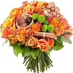 39.00 € : Le beau et le bon réunis dans un bouquet !Place à la couleur, la gourmandise et le parfum dans ce méli mélo explosif. Roses, alstromérias et carthamus orange, santinis verts et baies rouges se partagent avec bonheur aux délicieux petits paniers de rochers, de noisettes et de noix. La clémentine et les batonnets de cannelle apportent en touche finale le doux parfum d'hiver.  Un bouquet féérique bien dans l'air du temps.