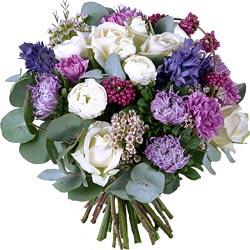 42.00 € : Merveilleusement chic et parfumé !Harmonie de bleus... cette couleur rare et séduisante a inspiré nos fleuristes dans ce bouquet délicieusement parfumé qui mêle avec raffinement le blanc, le mauve et l'indigo. Délicates renoncules blanches, magnifiques roses 'Avalanche', superbes reines-marguerites, charmants wax, délicats dianthus parme, merveilleuses jacinthes bleues au parfum enivrant. La splendeur et l'originalité du callicarpa et quelques branches d'eucalyptus apportent la touche finale à ce bouquet majestueux.