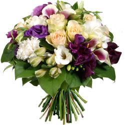 39.00 € : La senteur poivrée des freesias!Dégradés de couleurs et textures signent tel un tableau ce ravissant bouquet rond. Les roses Kiwi se mêlent aux lysianthus violets ou 'Gentianes des Prairies' dont le charme délicat, proche de la  rose affiche un petit côté champêtre. L'alstroeméria blanc, les callas 'Vermeer' ou 'Picasso', et le dianthus viennent s'ajouter aux doux freesias pour former un élégant bouquet dont vous apprécierez le parfum et la douceur.